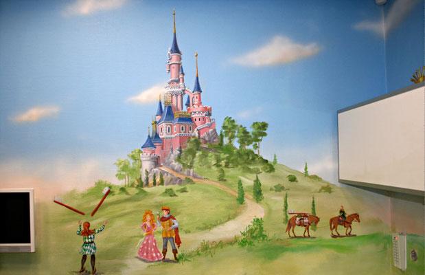 Die Wand der Zahnarztpraxis wurde mit märchenhaften Motiven bemalt.