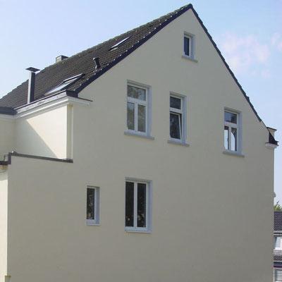 Die Aufgabe: Aufwertung einer wenig ansprechenden Fassade durch künstliche Fenster-Elemente.