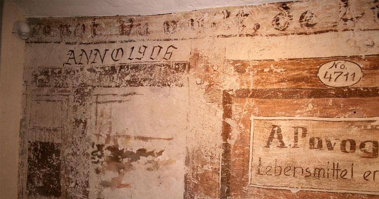 Ein Detailansicht der restaurierten und ergänzten Sepiamalerei.