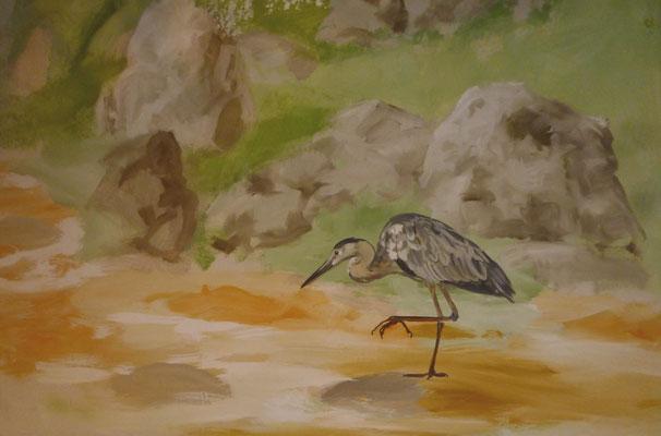 Der Fischreiher steht in der frei gemalten Landschaft und wartet im goldfarbenen Bachlauf auf seine Beute.