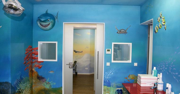 Wandmalerei mit 3D-Objekten in einer Arztpraxis. Eine Unterwasserwelt mit Blick in den Aufwachraum.