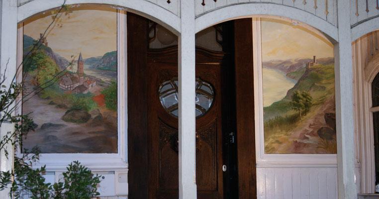 """Komplettansicht nach der Restaurierung, bzw. der Neuanfertigung des Gemäldes """"Rheintal mit Burg Katz und Maus"""""""