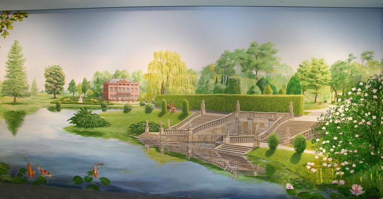 Große, flächenfüllende Wandmalerei einer Barockgartens mit Freitreppe zum See.