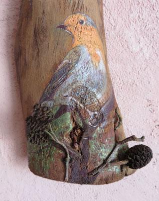 """Françoise Trotabas- """"Rouge gorge"""" - Ecorce d'eucalyptus - pomme de pin - peinture à l'huile - 55x16cm - 2015"""
