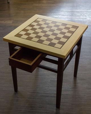 vorher: kleiner Tisch; nachher: Schachbrett mit Schubkasten