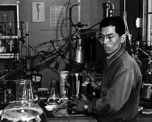 Shiro Ishii analizando la peste bubónica.