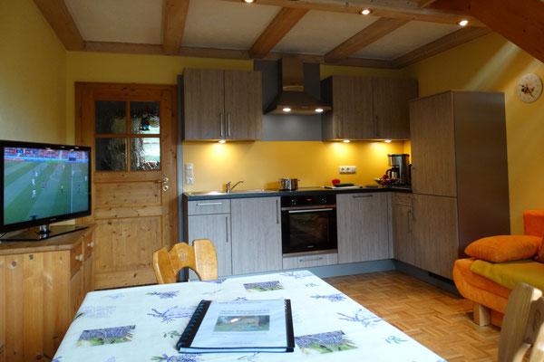 Ferienwohnung Gartenblick - großer, gemütlicher Wohnraum mit moderner, neuer Küche