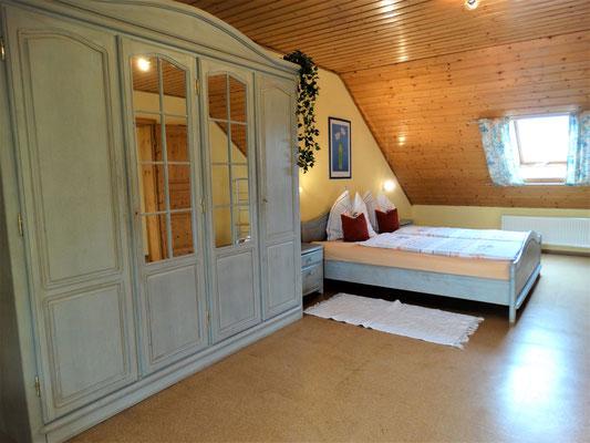 Ferienwohnung Gartenblick - geräumiges Schlafzimmer