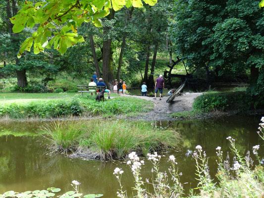 Die Kinder spielen gerne beim großem Wasserrad.