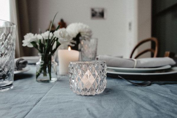 Teelichthalter aus Glas mit Karorelief, klar, je 1,50 €