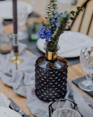Graue Vase mit Goldakzent, 3 €