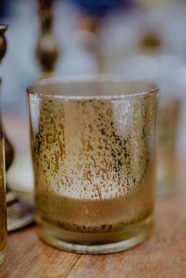 Teelichthalter aus Glas, groß, gold, je 1,50 €