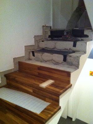 Gerade Steintreppe mit Naturholzbelag!