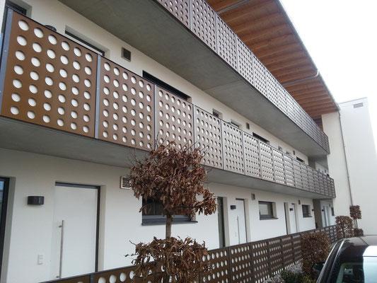 Geländer in Aluminium Blechpaneel. Eloxiert. Wohn u. Geschäftshaus Thannhausen