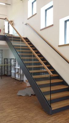 Treppe mit Blechstufen. Belag Holz, Ganzglasgeländer