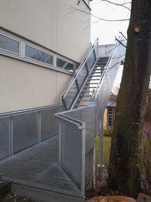 Fluchttreppe. Geländer - Lochbleche. Feuerverzinkte ausführung. Gitterroststufen