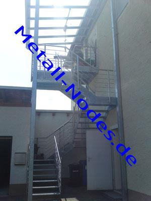 Wangentreppe mit Gitterroststufen. Geländer Edelstahl mitlaufende Stäbe