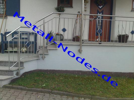 Edelstahl Treppenaufgangs sowie Brüstungsgeländer. Mit Blauer Rautenfüllung