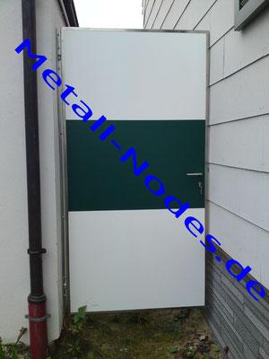 Türe mit Trespa Platten in Weiss und Grün.