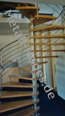 Wendeltreppe mit Holzstufen. Edelstahl Säule sowie Geländer