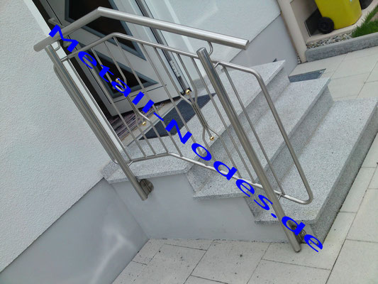 Treppenaufgangsgeländer. Edelstahl mit Vergoldeten Kugeln im Zierstab