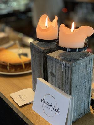 Stimmungsvoller Kerzenschein auf der Kuchentheke (©C.Metze).