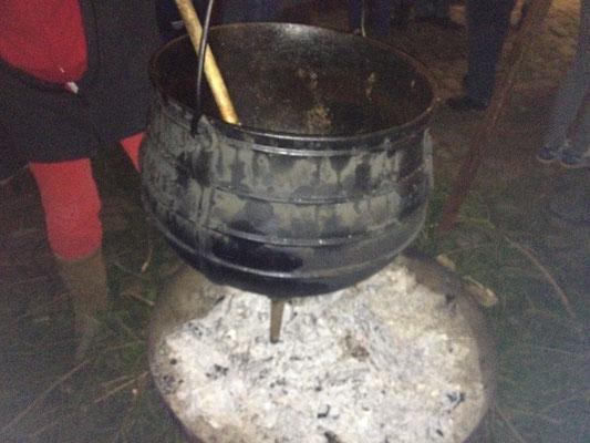 Auf den offenen Feuer schmurgelt das Wildgulasch im großen Obelixtopf. (©odenwaldlust.de)