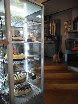 Im Kamin ein lodernden Feuer und eine riesige Kuchenauswahl - was willst Du mehr? (©odenwaldlust)