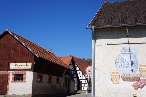 Im Gasthaus zum Kreiswald kann man zünftig einkehren und Obstbrände aus der eigenen Brennerei probieren.