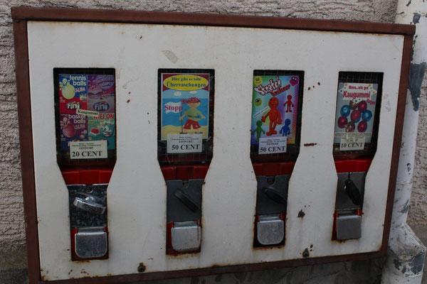 Kaugummiautomaten - ja so etwas gibt es noch im Odenwald - gesehen am Straßenrand in Lengfeld. (©D.Reininger-Pointner)
