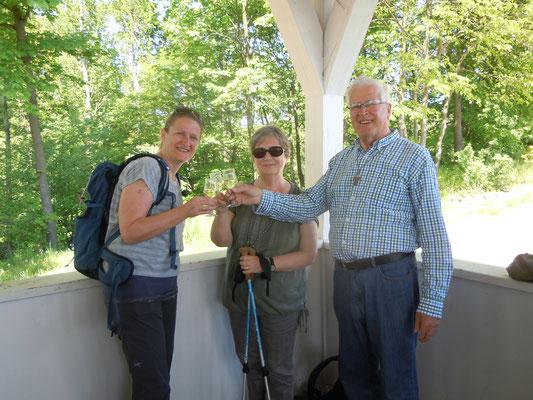In einer der Schutzhütten probieren wir die Bergsträßer Weine (©odenwaldlust.de)