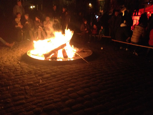 Lagerfeuer und Feuerkörbe geben ein gemütliches Licht auf dem Innenhof des Hofguts Habitzheim. (©odenwaldlust.de)