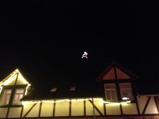 """Der Storch auf dem Brauereiturm wird Samstags zum Storchenrichtfest """"entzündet"""". (©odenwaldlust.de)"""