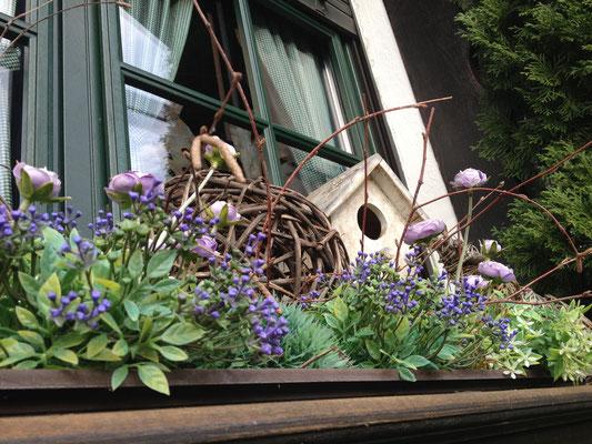 In allen Winkeln versteckt sich liebevolle Blumendeko - hier am Fenster vom Cafe Wilma in Ober-Kainsbach. (©odenwaldlust.de)