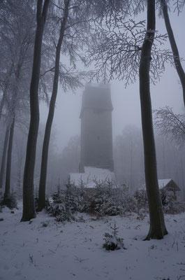 Der Kaiserturm auf der Neunkirchner Höhe im winterlichen Nebel.