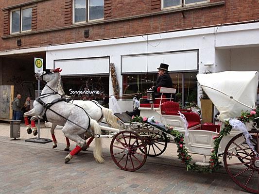 Hochzeitsfloristik - geschmückte Kutsche