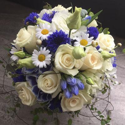 Hochzeitsfloristik - Brautstrauß blaue Akzente