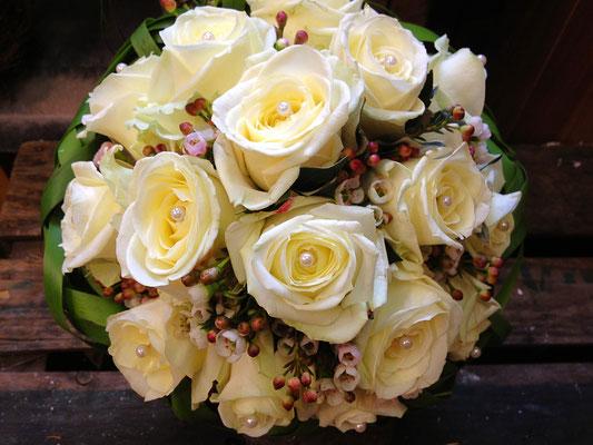 Hochzeitsfloristik - Brautstrauß mit Rosen und Perlen