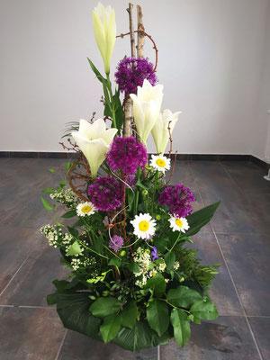 Trauergesteck - gross lila weiss