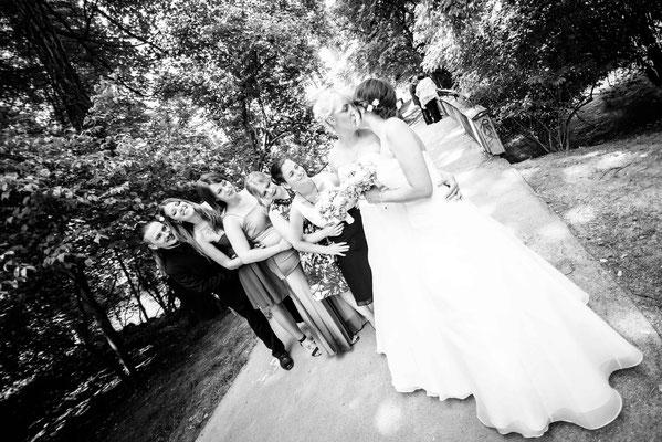 Hochzeitsgesellschaft im Englischen Garten