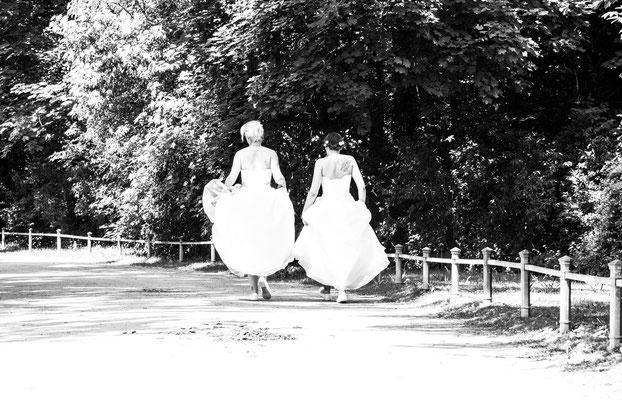 Brautpaar unterwegs im Englischen Garten
