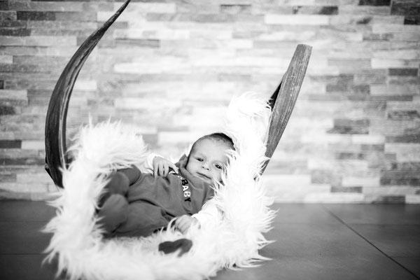 Babyfoto relaxed im Bananenblatt