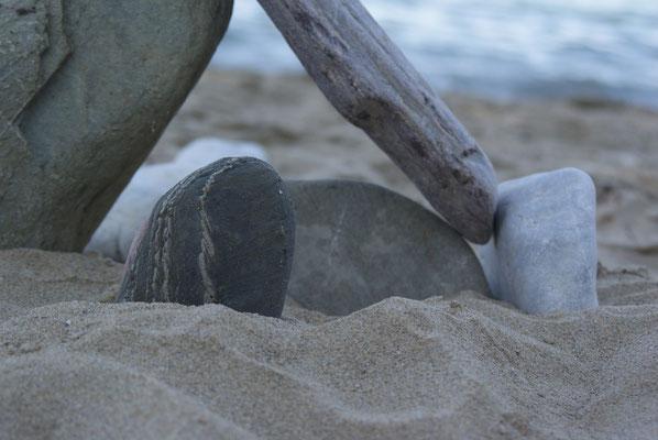 Steinskulptur am Strand auf Zeit