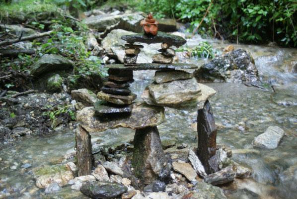 Steinskulptur im Wasser auf Zeit