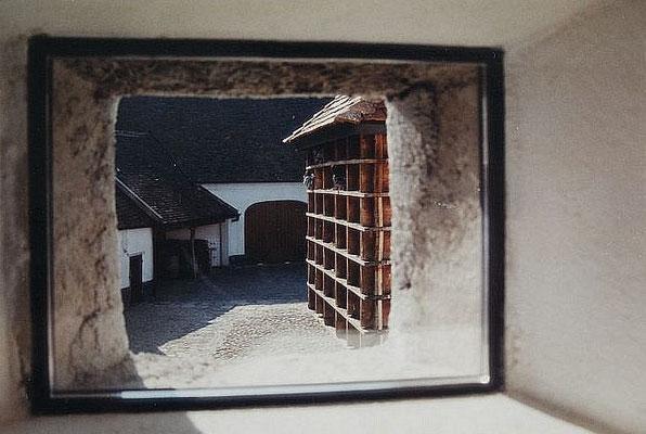 Fensterluke mit Blick auf Innenhof, Kategorie: Zu-und Ausbau