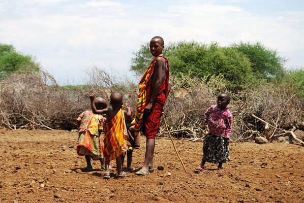 Massai mit Kindern in Kambi ya Chooka Tansania