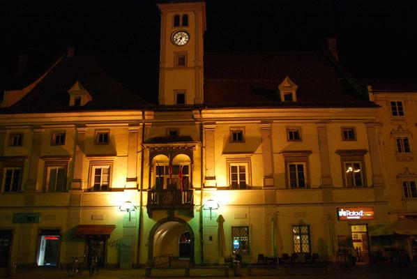 Der Rathausplatz am Abend