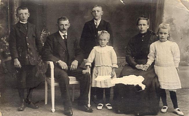 Jan, Klaas, Simon, Anneke, Antje (Wiersma-Postma) & Fetje Wiersma
