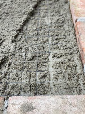 Der Beton wird geglättet und muss jetzt aushärten