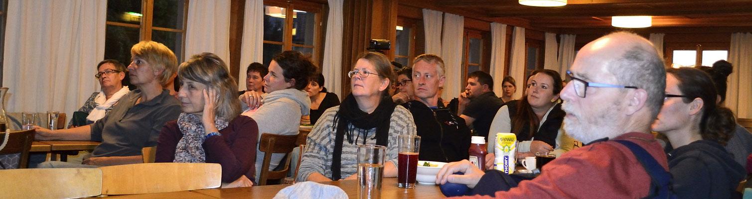 """Interessiertes Publikum während dem Themenabend """"Jagdkontrolle"""" in Langnau im Emmental"""